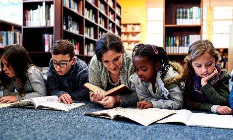 Niños leyendo rápido