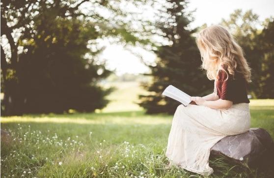 Chica leyendo comprendiendo