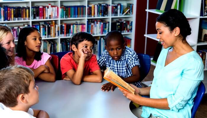 Profesor leyendo alumnos