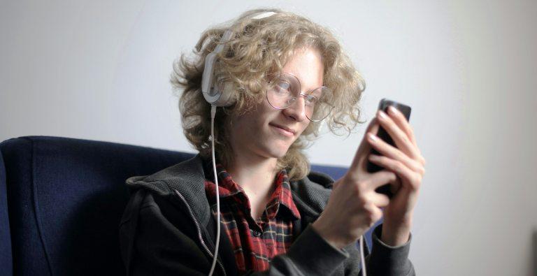 Adolescente perdiendo el tiempo