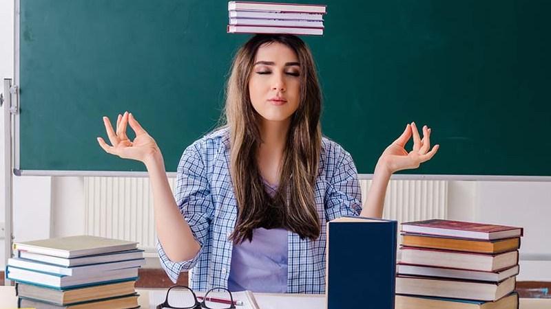 chica que se concentra con libros