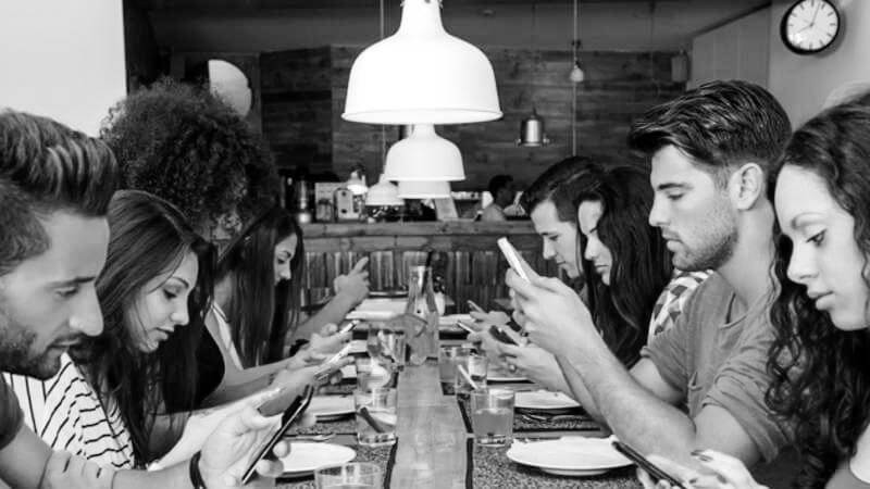 chicos con smartphone