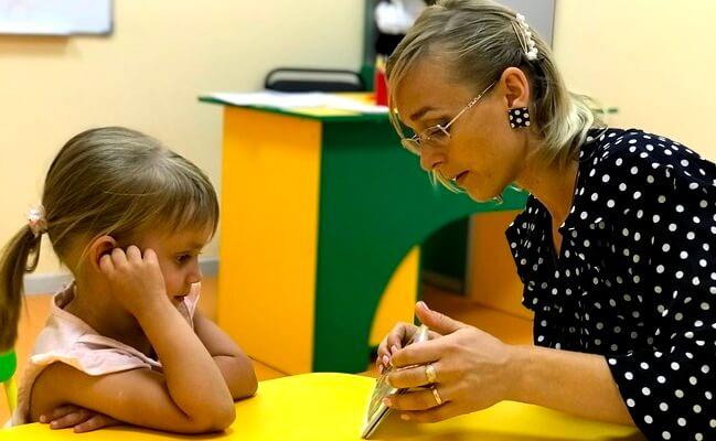 Maestra con niños trabajando la memoria eidética